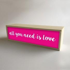 """Lâmpada de caixa de luz decorativa em Fúcsia com a mensagem """"Tudo o que você precisa é amor"""" de 32x9,5cm (fundo de 9,5cm)"""