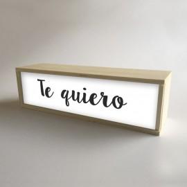 """Lâmpadas com caixas de madeira e metacrilato frontal branco com a mensagem """"Eu te amo"""" de 32x9,5cm (fundo 9,5cm)"""
