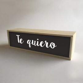 """Lâmpadas com caixas de madeira e metacrilato dianteiro preto com a mensagem """"Eu te amo"""" de 32x9,5cm (fundo 9,5cm)"""